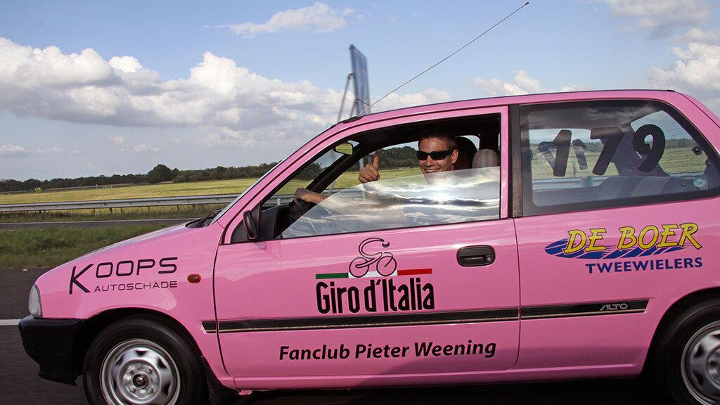 NOS De Avondetappe met bij de ingang de roze bolide van de Giro d